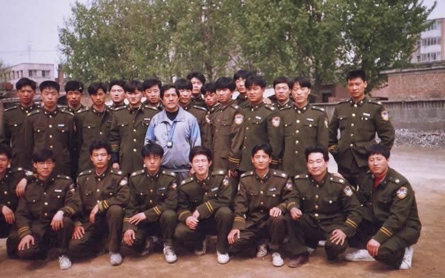 秦庆丰老师与公安刑警合影