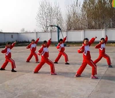 安徽蒙城五中小学组演练少林五形八法拳32式